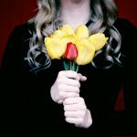 אישה שומרת פרחים לעצמה