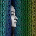אישה מסתכלת דרך קודים