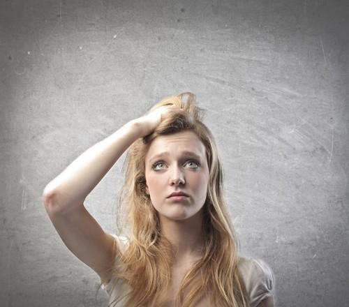 אישה בפרצוף מבולבל תוהה מה לעשות