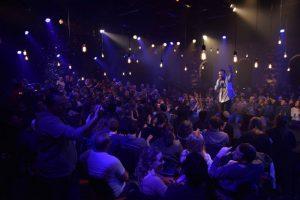 אריק אבר מפעיל את הקהל בפואטרי סלאם