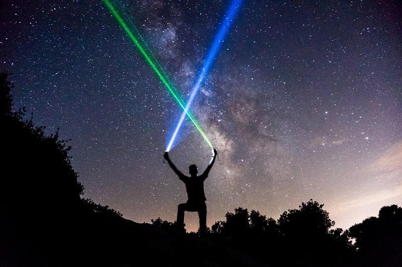 איש מפנה 2 אורות לייזר ליקום. הבחירה בידנו