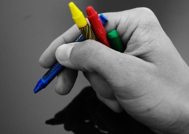יד מחזיקה 4 צבעים