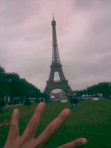 יד על רקע מגדל האייפל - נוגעת בחלום הצרפתי