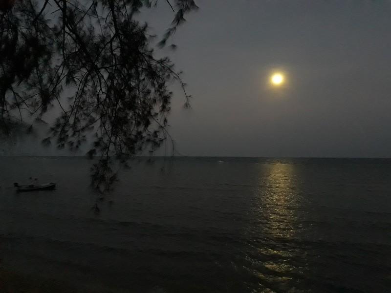 ירח מעל הים בתאילנד, טרום זריחה אחרי יקיצה טבעית