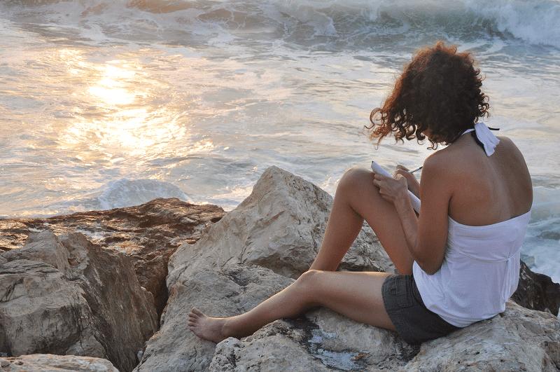 מיכל פולת כותבת בים