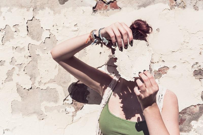 אישה עם מחסום על העיניים שמפריע לה לזהות את הכיוון ולהגשים את עצמה