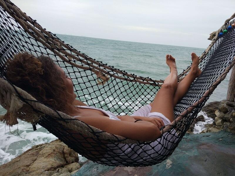 מיכל פולת נחה על הערסל מול הים כי לנוח זה פרודוקטיבי