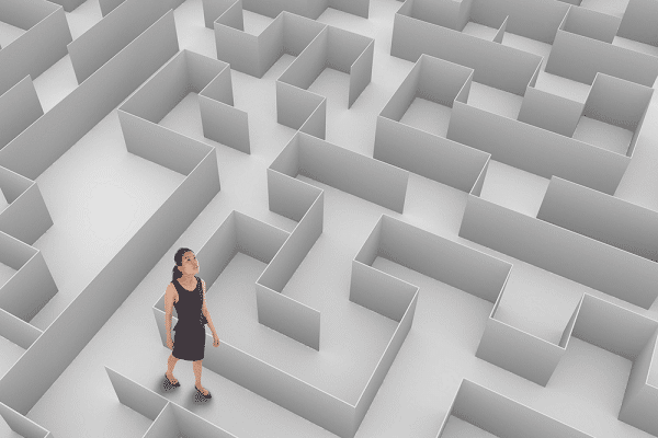 אישה עומדת במבוך ומחפשת כיוון