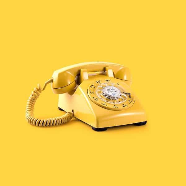 טלפון צהוב כמו של פעם. להמחשה.