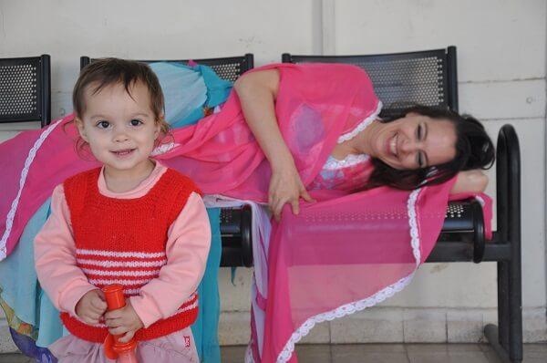 מעיין והבת שלה, שמגיל שנתיים כבר מפנה חפצים שהיא לא רוצה