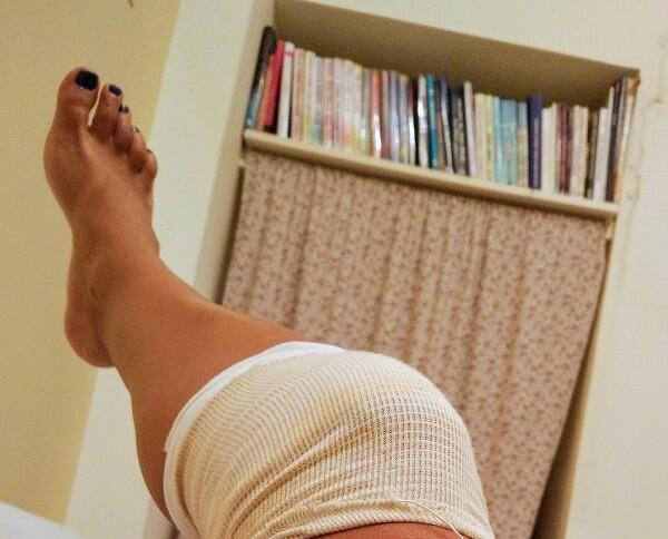 מיכל פולת עם תחבושת על הברך אחרי פציעת אופניים