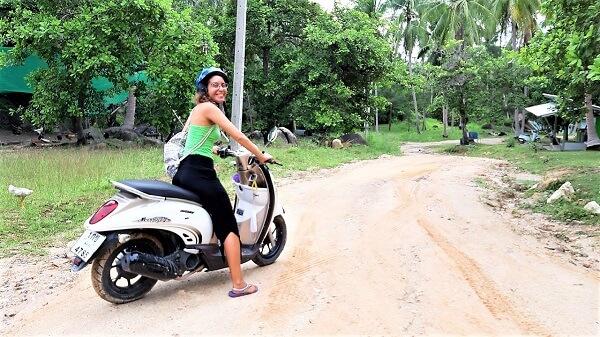 מיכל פולת רוכבת בבטחון על קטנוע בקופנגן