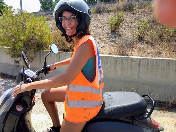 מיכל פולת שיעור נהיגה על קטנוע
