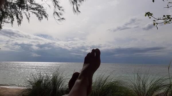 """מיכל פולת מרימה רגליים מול הים_""""לתת לדברים לקרות"""""""