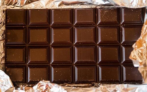 חפיסת שוקולד פתוחה לרווחה