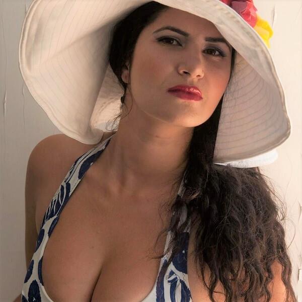 ויקי תיאמת עם כובע מישירה מבט למצלמה