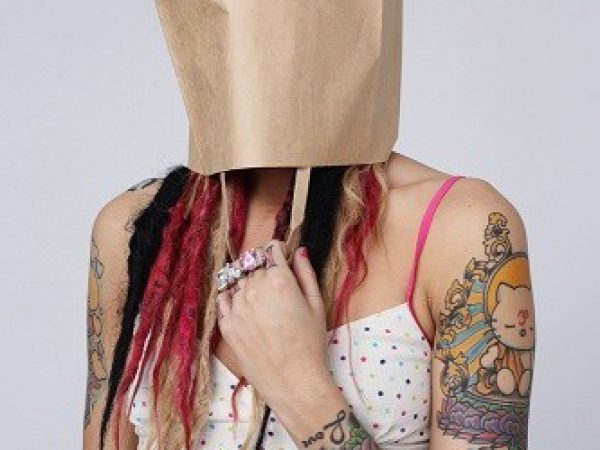 אישה מסתירה את עצמה מחוסר בטחון