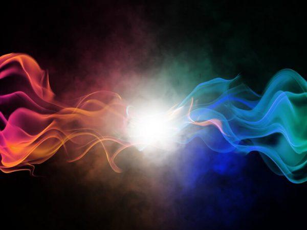 עשן כחול ועשן אדום מתנגשים ויוצרים אור גדול_נראה קצת כמו כאוס