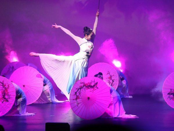 בלרינה רוקדת במרכז הבמה שלה