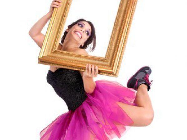 בחורה רוקדת מחוץ למסגרת
